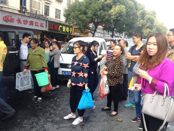 china-changsha-crabs-alligator-spilled-in-traffic-accident-looted-by-chinese-passerbys-20