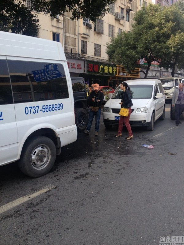 china-changsha-crabs-alligator-spilled-in-traffic-accident-looted-by-chinese-passerbys-24