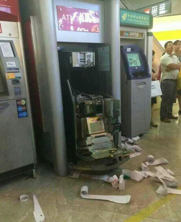 china-dongguan-chinese-woman-tears-apart-atm-machine-swallowed-card-06