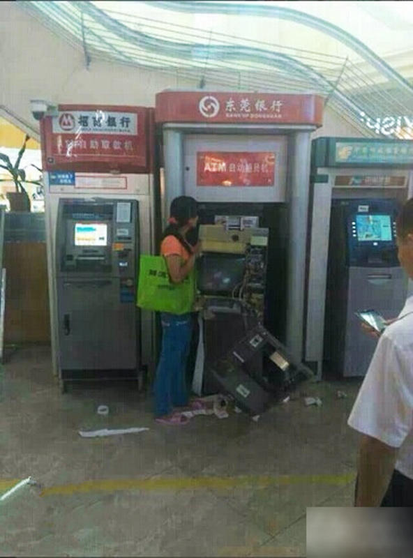 china-dongguan-chinese-woman-tears-apart-atm-machine-swallowed-card-07