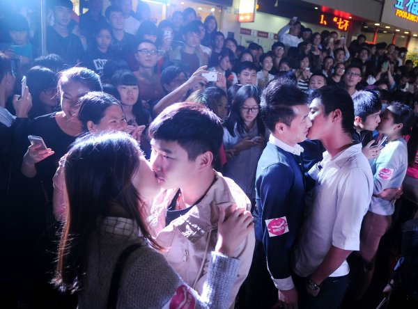 china-zhejiang-jinhua-chinese-kissing-competition-for-apple-iphone6-01