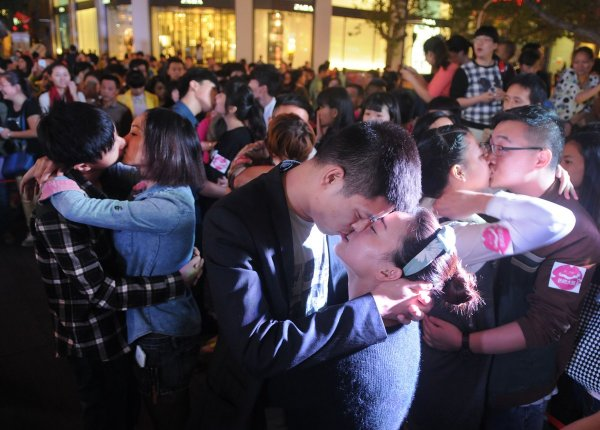 china-zhejiang-jinhua-chinese-kissing-competition-for-apple-iphone6-02