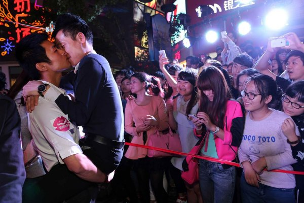 china-zhejiang-jinhua-chinese-kissing-competition-for-apple-iphone6-03