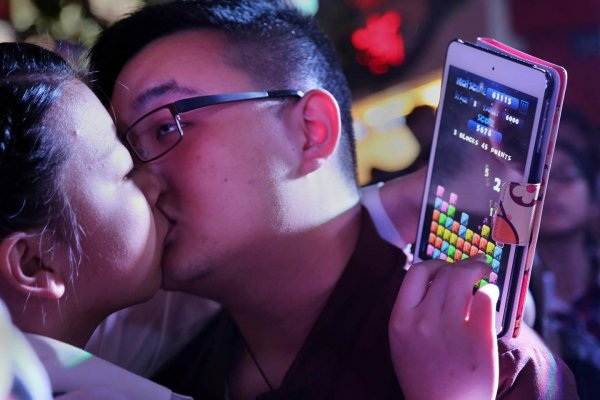 china-zhejiang-jinhua-chinese-kissing-competition-for-apple-iphone6-05