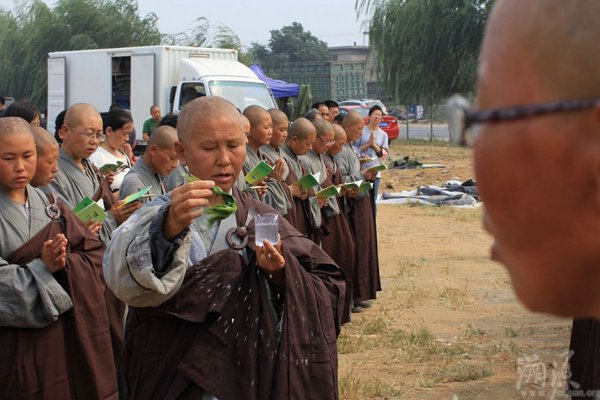 Devout-Chinese-Ascetic-Nuns-Live-Peripatetic-Life-Hardship-13