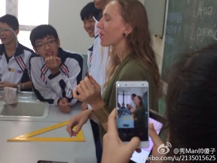 chinese-students-making-foreign-teachers-eat-spicy-sticks-latiao-16