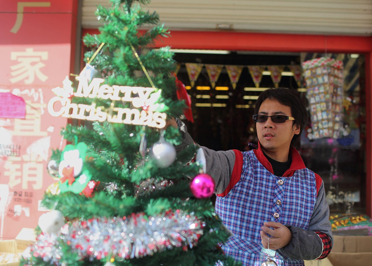 Yiwu-China-Worlds-Largest-Christmas-Decorations-Factory-04