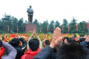 chinese-pay-tribute-to-mao-zedong-121-anniversary-01