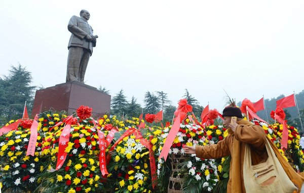 chinese-pay-tribute-to-mao-zedong-121-anniversary-02