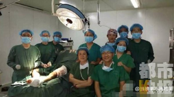 xian-china-chinese-doctors-take-selfies-during-surgery-next-to-patient-on-operating-table-05