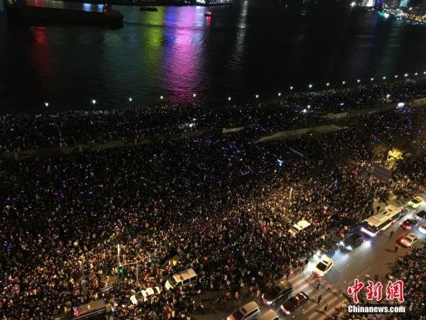 2014-2015-new-years-eve-countdown-shanghai-bund-crowds-trampling-01