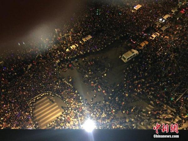 2014-2015-new-years-eve-countdown-shanghai-bund-crowds-trampling-03