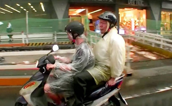 Taipei-Mayor-Rides-Subway-and-Moped-to-Work-01
