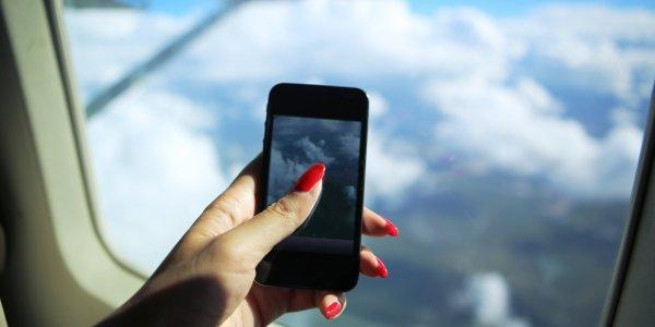 mobile-phone-apple-iphone-on-plane-02