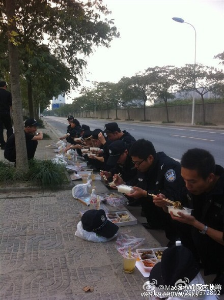 china-wuhan-police-simple-meals-03