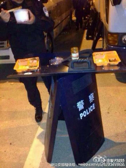 china-wuhan-police-simple-meals-04
