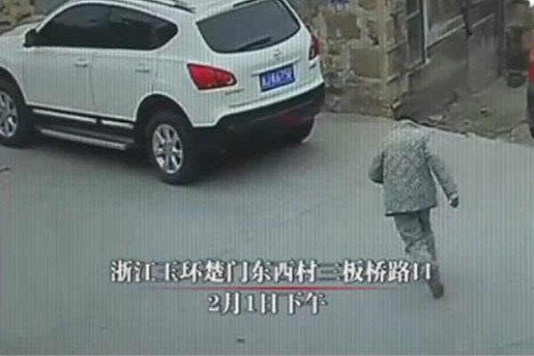 china-zhejiang-drunk-old-man-run-over-killed-no-one-stopped-to-help-01