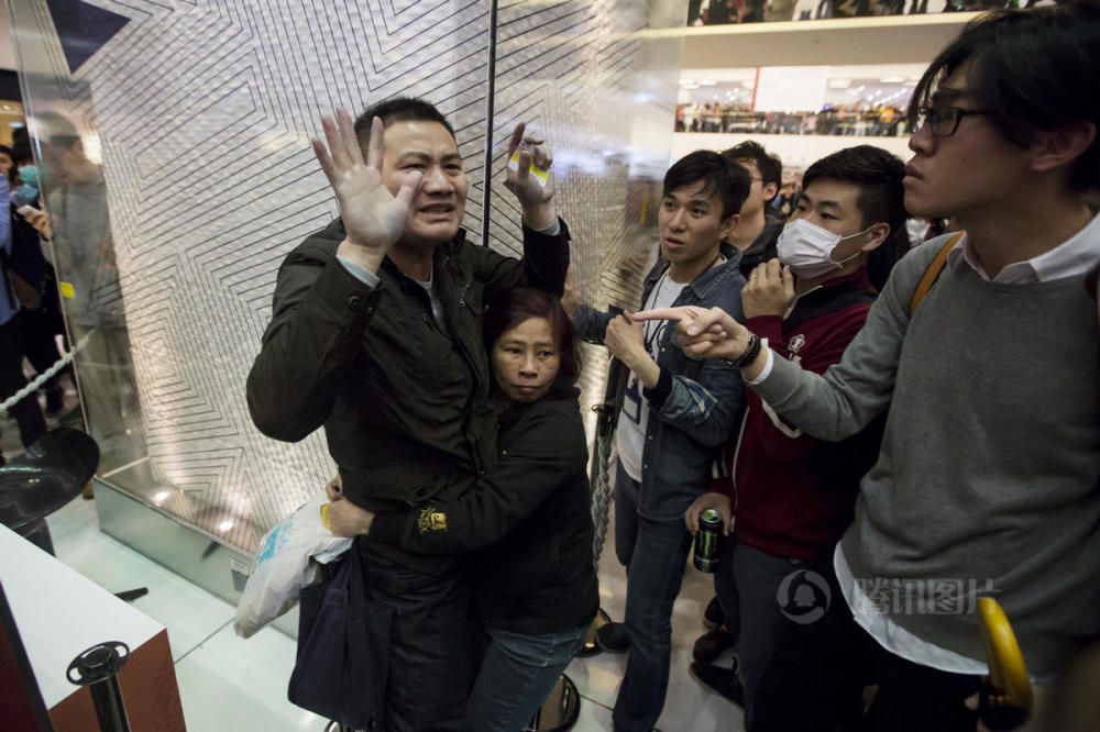 hong-kong-residents-protest-harass-mainland-tourists-01