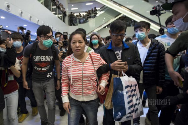 hong-kong-residents-protest-harass-mainland-tourists-02