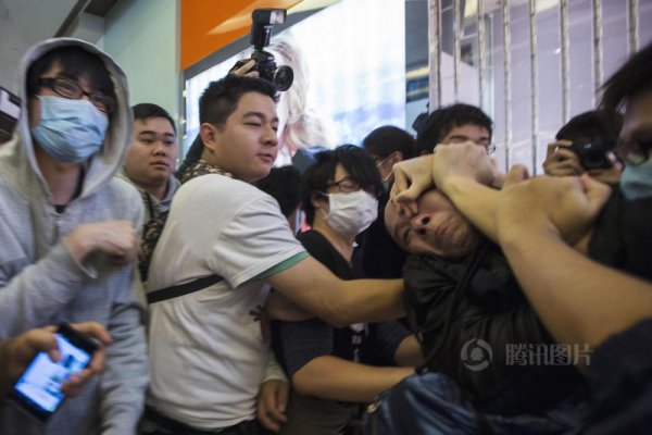hong-kong-residents-protest-harass-mainland-tourists-03