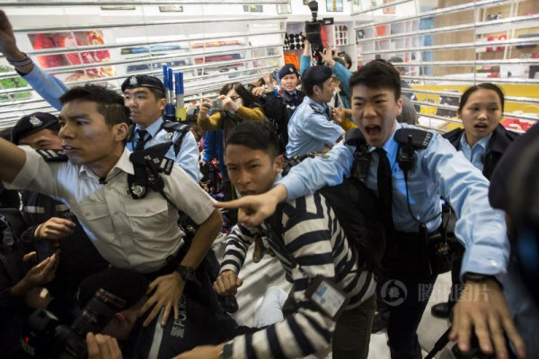 hong-kong-residents-protest-harass-mainland-tourists-05