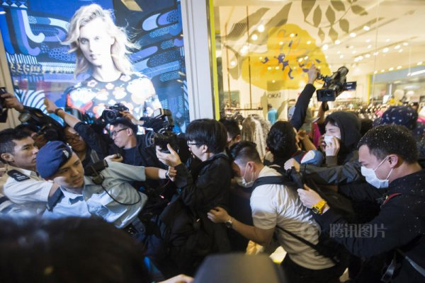 hong-kong-residents-protest-harass-mainland-tourists-09