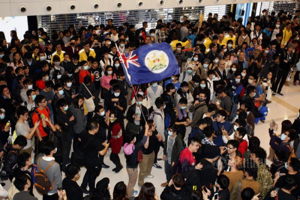 hong-kong-residents-protest-harass-mainland-tourists-12