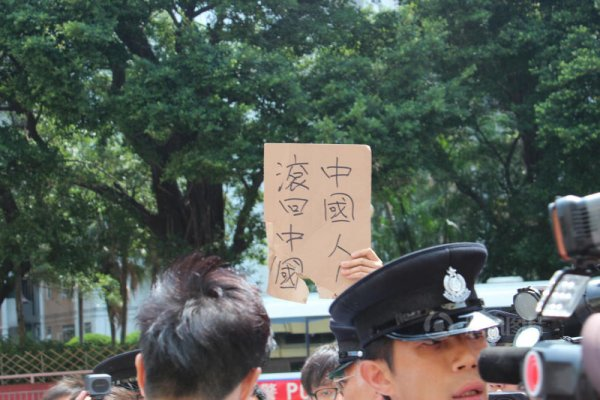 hong-kong-residents-protest-harass-mainland-tourists-17