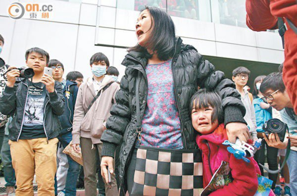 hong-kong-youth-protesters-beseige-curse-assault-mainland-tourists-01