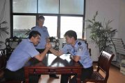 Henan Police Women Ignore People, Make Phone Calls And Eat