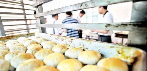 """Black"" Food Factory in Changsha- Bean Cakes Have No Beans"