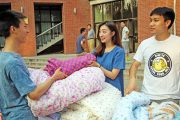 Tsinghua University Student Makes 10,000 RMB in 1 Day Selling Blankets