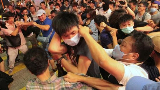 Hong Kong Separatists Sing Songs Opposing Mainlanders, Get in Brawl