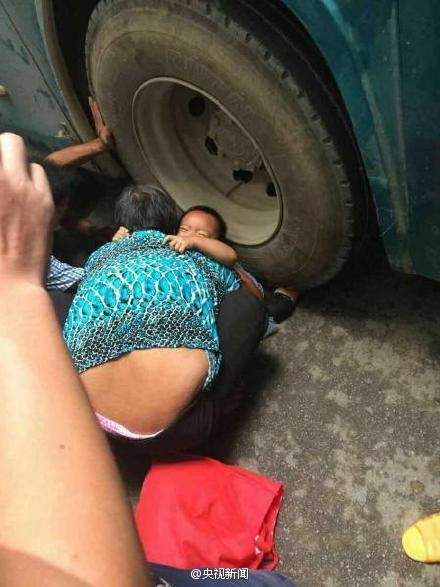 Girl's Leg Crushed By Bus, Passersby Come To The Rescue