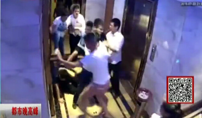 Clumsy KTV Waiter Knocks Over Child, Beaten-Up by 20+ Crowd