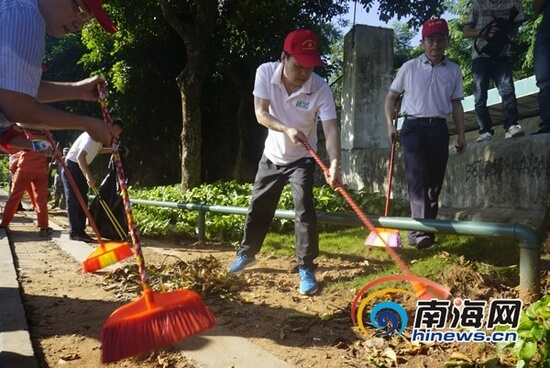 Haikou Officials Clean Streets In Voluntary Labor Activity