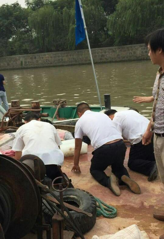 Officials Cause Death of Boatman by Dragging Him With Rope