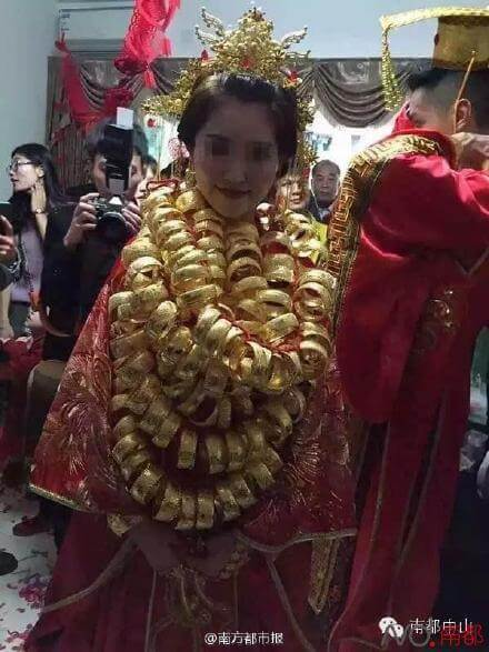 Pictures of Gold-Covered Bride Draws Internet Attention